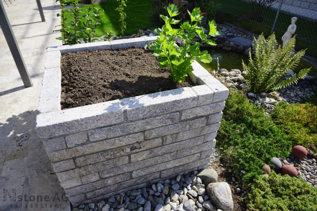 Travertinmauern lassen sich auch bepflanzen